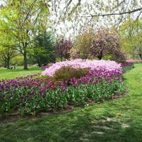 Foto diambil di Sherwood Gardens oleh Pete C. pada 4/14/2012