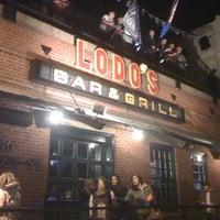 Foto tomada en Lodo's Bar And Grill por Ralph B. el 4/14/2012