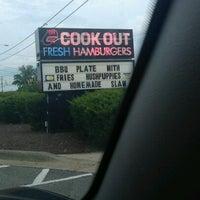 Foto tirada no(a) Cook Out por Courtney F. em 7/16/2012