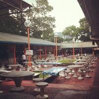 Photo taken at Hill Side Food Court (Medan Selera Mutiara) by Toru H. on 8/24/2012
