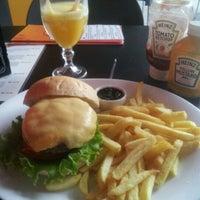 Foto tirada no(a) Three Burgers por Agostinho S. em 2/10/2012