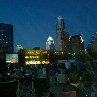 Foto tirada no(a) Auditorium Shores at Lady Bird Lake por B-ryant J. em 4/23/2012