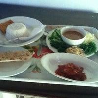 Foto diambil di Hotel Ratna oleh Agung P. pada 2/14/2012