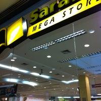 Foto tirada no(a) Saraiva MegaStore por Mario H. em 4/28/2012