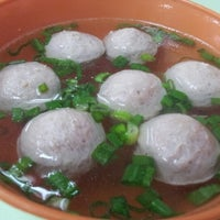 Photo taken at Restoran Soong Kee Beef Ball Noodle (颂记牛肉丸粉) by Amy C. on 6/22/2012