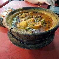 Photo taken at 长城美吃中心-芳姐瓦煲鸡饭 by Erlene L. on 2/20/2012