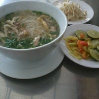 Photo taken at Phở Quỳnh by Ed M S. on 8/28/2012