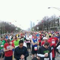 รูปภาพถ่ายที่ Shamrock Shuffle Start Line & Corrals โดย Natalia W. เมื่อ 3/25/2012