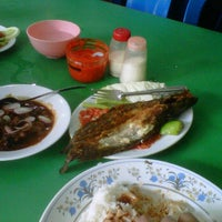 Photo taken at Restoran Sunan Drajat by CheQ Nono on 2/12/2012