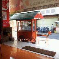 Photo taken at Ayam Bakar Maknyuusss by Ari S. on 5/1/2012