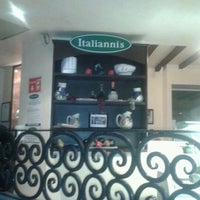 Photo taken at Italianni's Pasta, Pizza & Vino by Liss T. on 2/19/2012