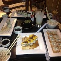 Foto tomada en Sushi Roll por Ann a. el 9/6/2012