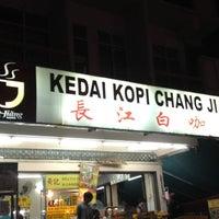 Photo taken at 長江白咖啡 (Kedai Kopi Chang Jiang) by William T. on 6/26/2012