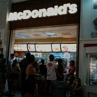 Foto tirada no(a) McDonald's por Marcos G. em 7/8/2012