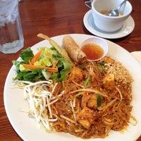 Photo prise au Archi's Thai Bistro par Jared J. le9/5/2012