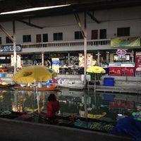 Photo taken at ท่าเรือยุวันดา ตลาดน้ำดำเนินสะดวก by Yuwalak S. on 2/16/2012