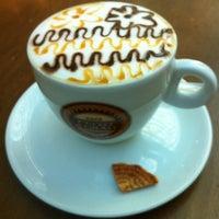 Foto tirada no(a) Café Feito a Grão por Roberta C. em 6/17/2012