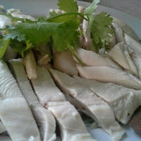 Photo taken at ลัคกี้ ข้าวมันไก่ เมืองทองธานี by Muai K. on 8/21/2012