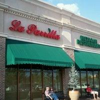 Foto tomada en La Parrilla Mexican Restaurant por Mike C. el 6/1/2012