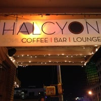 Photo prise au Halcyon Coffee, Bar & Lounge par Nick W. le3/13/2012