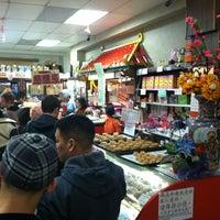 Foto scattata a Eastern Bakery da Erica L. il 2/12/2012