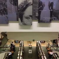 Foto tirada no(a) Barnes & Noble por Kym H. em 7/16/2012