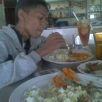 Photo taken at Rumah Makan Bate Iliek by Hendra P. on 2/4/2012