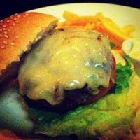 Foto tirada no(a) Three Burgers por Renata T. em 3/30/2012