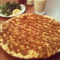 8/18/2012 tarihinde Foodonfootziyaretçi tarafından Halil Lahmacun'de çekilen fotoğraf