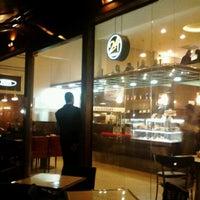 Foto scattata a Fran's Café da Angelica S. il 5/4/2012