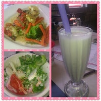 Photo taken at Silver Diner by Cindy B. on 6/17/2012