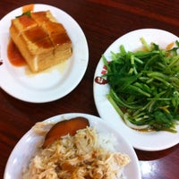 Photo taken at 鬍鬚張滷肉飯 by Eileen L. on 7/26/2012