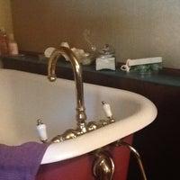 Photo taken at nella vasca da bagno, ascoltare musica, prendendo le mie preoccupazioni lontano by Drew on 9/5/2012
