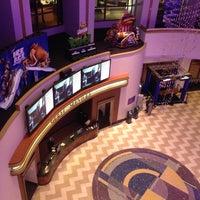 รูปภาพถ่ายที่ Regal Cinemas LA LIVE Stadium 14 โดย Navarro P. เมื่อ 5/17/2012