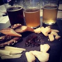 6/7/2012 tarihinde Melody H.ziyaretçi tarafından Alphabet City Beer Co.'de çekilen fotoğraf