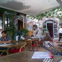 Foto diambil di Habil Pizza & Cafe oleh senem a. pada 9/6/2012