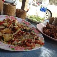 Photo taken at ส้มตำแซบยโส by Polpat S. on 7/8/2012