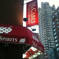 Foto tirada no(a) McCabes Wine & Spirits por CAESAR D. em 4/4/2012