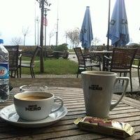 รูปภาพถ่ายที่ Caffè Nero โดย Melis U. เมื่อ 3/9/2012