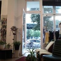 Das Foto wurde bei Headshop Berlin von Caitlin S. am 8/3/2012 aufgenommen