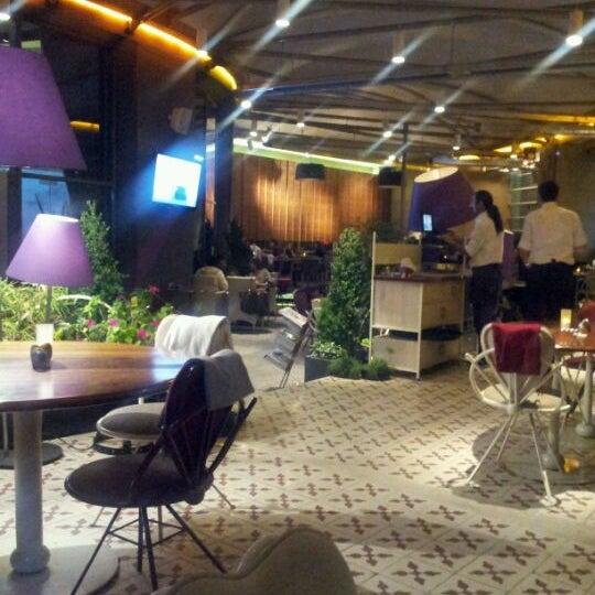 4/18/2012 tarihinde Zaim Al-Amin K.ziyaretçi tarafından Ve Cafe & Restaurant'de çekilen fotoğraf
