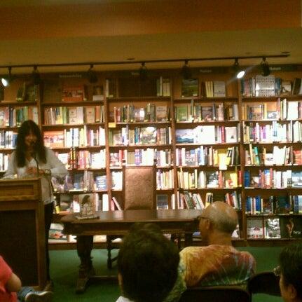 รูปภาพถ่ายที่ Tattered Cover Bookstore โดย JaimeT เมื่อ 7/25/2012
