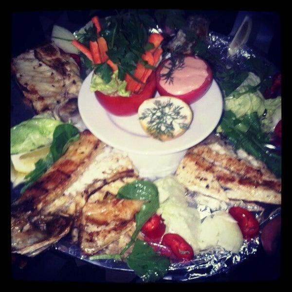 8/4/2012 tarihinde Naci S.ziyaretçi tarafından Çapari Restaurant'de çekilen fotoğraf