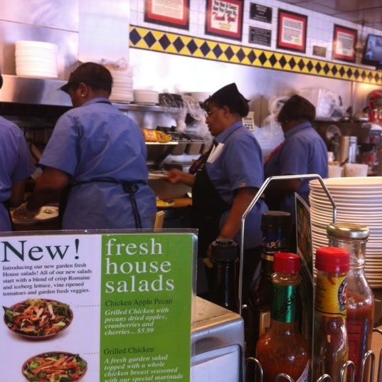 Photo taken at Waffle House by Wayniac D. on 3/14/2012