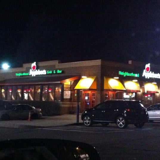 Photo taken at Applebee's Neighborhood Grill & Bar by xǝlɐ  on 3/21/2011