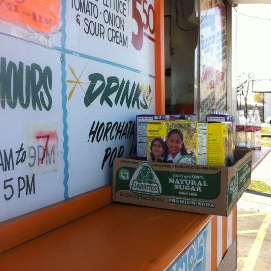 Foto tomada en El Oasis Taco Truck por David M. el 3/17/2012