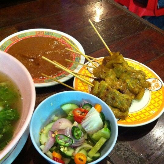 Photo taken at หมูสะเต๊ะแม่กำไร by Pu S. on 4/19/2012
