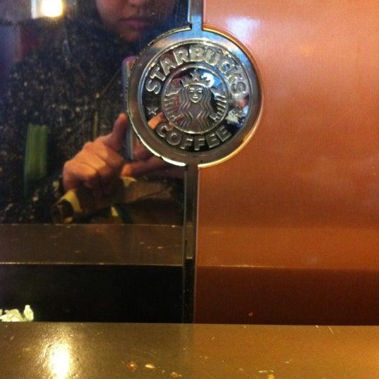 รูปภาพถ่ายที่ Starbucks โดย Roop G. เมื่อ 2/24/2012