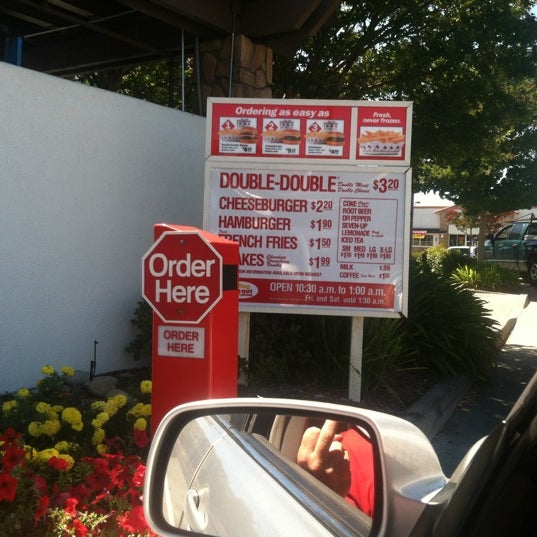 Foto tomada en In-N-Out Burger  por Carolina G. el 8/19/2012