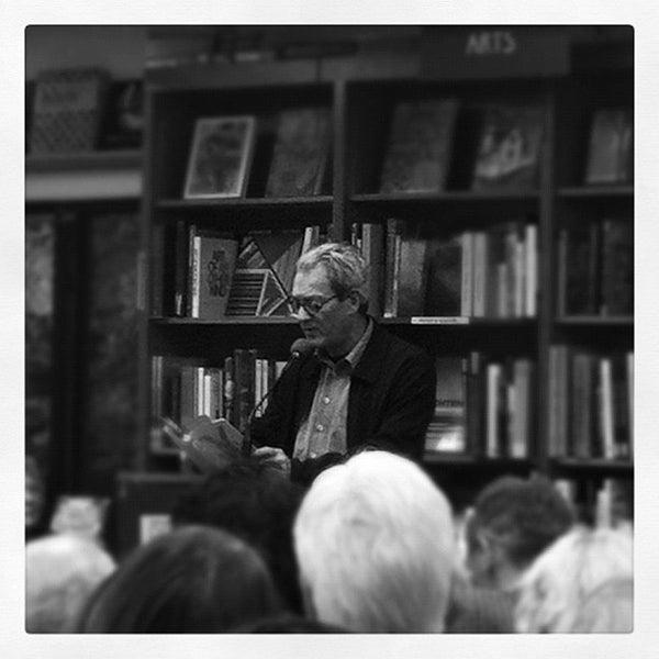 Foto tirada no(a) Politics & Prose Bookstore por Will C. em 9/13/2012